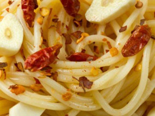 Esparguete com alho e pinhões